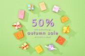 kerek keret dekoratív ajándékdobozok és bevásárló táskák zöld háttér 50% kedvezmény őszi eladó illusztráció