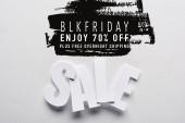 Draufsicht auf weißen Verkaufsschriftzug auf weißem Hintergrund mit schwarzem Freitag, 70 Prozent Rabatt auf die Abbildung