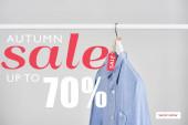 blaues Hemd mit Verkaufsetikett isoliert auf weiß mit Herbstverkauf, bis zu 70 Prozent Illustration