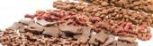 selektivní zaměření čerstvého sortimentu suchého krmiva pro domácí mazlíčky v liniích izolovaných na bílém panoramatickém snímku
