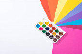 vysoký úhel pohledu na akvarel a papíry izolované na bílé