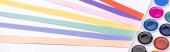 panoramatický záběr akvarelu a barevné papírové pruhy izolované na bílém