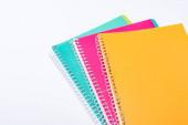 magas szög kilátás színes notebook elszigetelt fehér