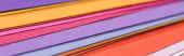 panoráma felvétel színes, világos és üres papírok