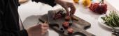 oříznutý pohled komerčního fotografa, který připravuje složení jídla pro focení