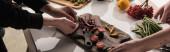 oříznutý pohled na fotografy, kteří připravují složení jídla pro focení