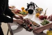 oříznutý pohled komerčních fotografů, kteří připravují složení potravin pro focení