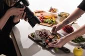 oříznutý pohled na komerční fotografy fotografující jídlo na digitálním fotoaparátu