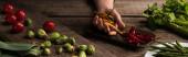 oříznutý pohled komerčního fotografa, který připravuje složení jídla pro focení na dřevěném stole