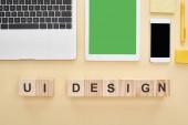 lapos feküdt modulok és fa blokkok ui design felirat sárga háttér