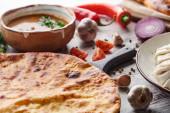 Fotografie Imereti khachapuri, khinkali a polévkové kharcho na stole se zeleninou