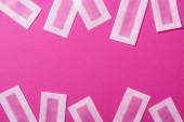 vrchní pohled na depilační pruhy vosku na růžovém pozadí