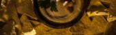 vrchní pohled na lahodný hummus s cizrnou v misce v blízkosti nachos, panoramatický záběr