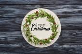 felső nézet a hagyományos karácsonyi pite fehér cukormáz, rozmaring és áfonya sötét fa asztal boldog karácsonyi illusztráció
