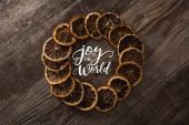 kulatý rám ze sušených oranžových plátků na dřevěném pozadí s radostí pro ilustraci světa