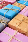 csomagolva és színes ajándékok dekoratív íjakkal