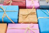 barevné a zabalené dárky s dekorativními luky