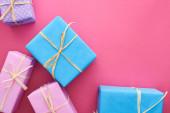 horní pohled na barevné dárky s luky na karmínové