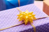 selektivní zaměření dárku se žlutou mašlí