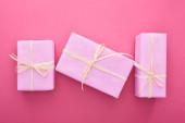 top view csomagolt ajándékok íjak rózsaszín