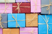 Photo top view of wrapped multicolored presents with bows