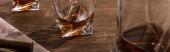 Panoráma lövés pohár brandy decanter és szivar térképen a fa asztalon