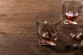 Szemüveg brandy pisztáciával a fa asztalon