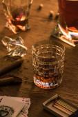 Kijev, Ukrajna - 2019. november 7.: Egy pohár brandy szivarral, gyufával és kártyával az asztalon