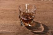 Egy pohár brandy árnyékkal a fa asztalon