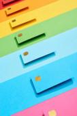 vícebarevné prázdné kreditní karty na duhovém pozadí