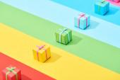 vícebarevné dárkové krabice na duhovém pozadí