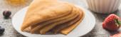 leckere herzförmige Pfannkuchen mit Beeren auf Teller auf grauer Betonoberfläche, Panoramaaufnahme