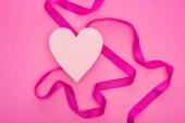 Fényképek felső nézet üres papír szív szalaggal elszigetelt rózsaszín