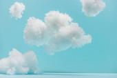 bílé nadýchané mraky z bavlněné vlny izolované na modré