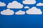 felső nézet fehér papír vágott felhők kék háttér