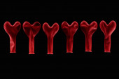 Draufsicht auf rote herzförmige Luftballons isoliert auf schwarz