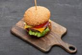 vynikající čerstvý cheeseburger na dřevěné desce