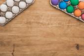 vrchní pohled na duhu malované velikonoční vajíčka na dřevěném stole