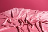 gyűrött velúr rózsaszín ruha elszigetelt rózsaszín, lányos koncepció
