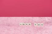 Kockák szeretettel hagyja a velúr rózsaszín ruha elszigetelt rózsaszín, lányos koncepció