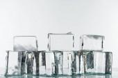 fusione trasparente cubetti di ghiaccio quadrato chiaro isolato su bianco