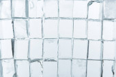 Fotografie horní pohled na průhledné čtvercové kostky ledu na zrcadle