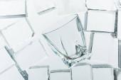 vista dallalto di cubi di ghiaccio quadrati trasparenti e vetro vuoto sullo specchio