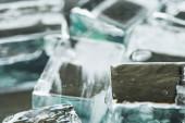 Fotografie Nahaufnahme des Schmelzens transparenter, quadratischer Eiswürfel