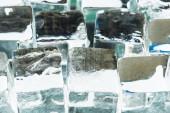 Nahaufnahme des Schmelzens transparenter, quadratischer Eiswürfel