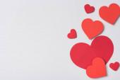 horní pohled na červené srdce na bílém pozadí