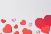 Fotografie Draufsicht auf rote Herzen auf weißem Hintergrund