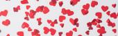 nahtloses Muster roter Herzen auf weißem Hintergrund, Panoramaaufnahme