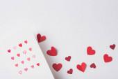 Fotografie Ansicht von Valentinstag-Grußkarte und Papier rote Herzen auf weißem Hintergrund