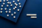 felső nézet klasszikus kék betűk kockákon a kék háttér